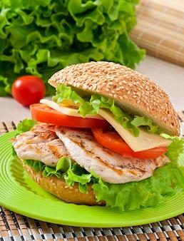 Sandwich au poulet avec salade et tomate