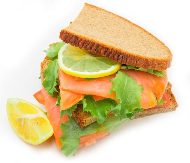 Sandwich au saumon fumé, salade et citron