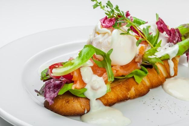 Sandwich au saumon isolé sur fond blanc