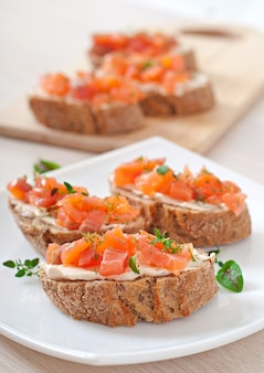 Sandwich au saumon salé et fromage à la crème.