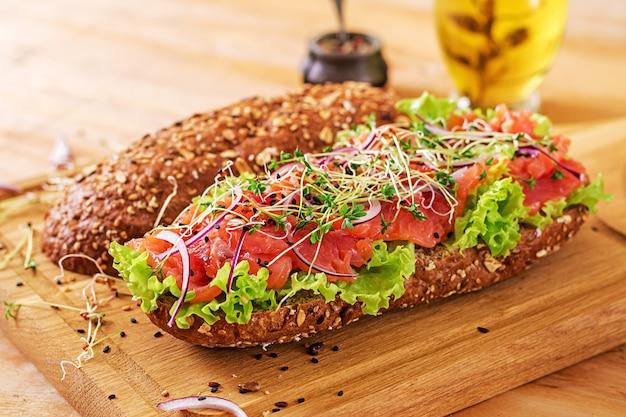 Sandwich au saumon - smorrebrod avec crème au fromage et microgreen