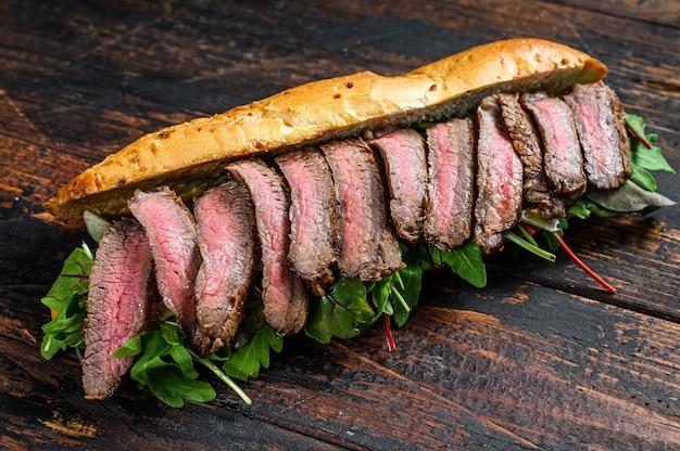 Sandwich au steak baguette grillé avec roquette et fromage.