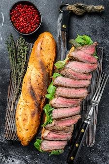 Sandwich au steak maison avec du rosbif en tranches, roquette et fromage