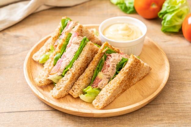 Sandwich Au Thon Fait Maison Sur Fond Blanc | Photo Premium