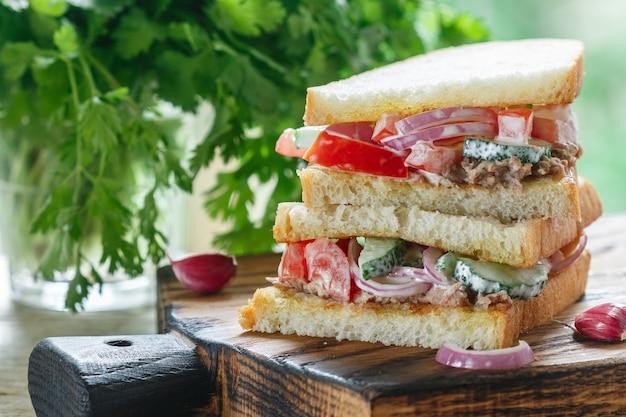 Sandwich au thon et salade de légumes