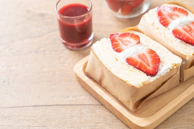 Sandwich aux crêpes fraise crème fraîche sur plaque de bois