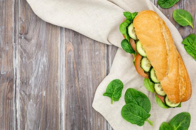 Sandwich aux épinards et tranches de concombre