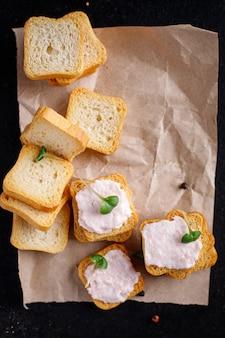 Sandwich aux fruits de mer smorrebrod beurre de poisson tartinade de crevettes sur du pain caviar de capelan goût portion fraîche