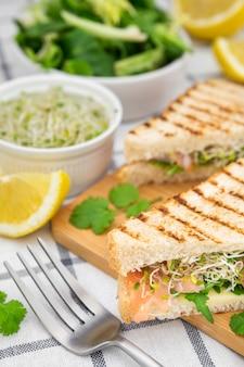 Sandwich aux germes et fourchette