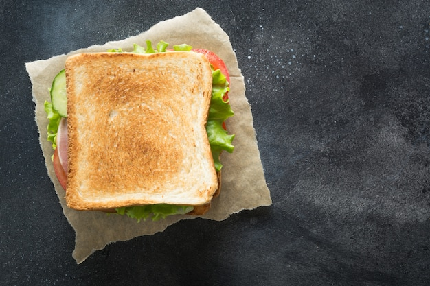 Sandwich aux lardons, tomates, oignons, salade noire