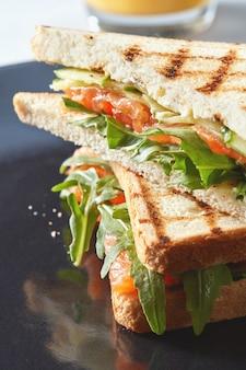 Sandwich aux légumes sur l'assiette