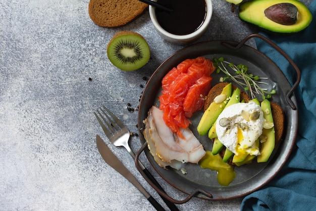 Sandwich aux œufs durs avec café d'avocat et saumon fumé vue de dessus espace de copie