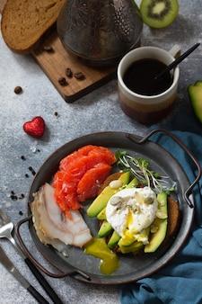 Sandwich aux œufs durs avec saumon café avocat et saumon fumé
