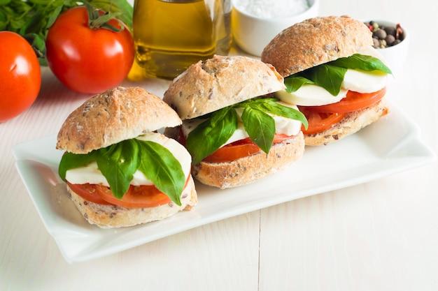 Sandwich aux tomates et mozzarella.