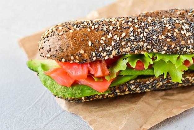 Sandwich à l'avocat et au saumon