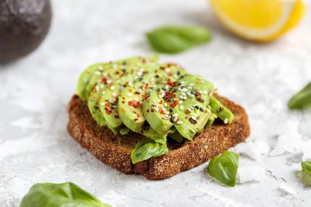 Sandwich à l'avocat, collation végétalienne pour le déjeuner. en bonne santé