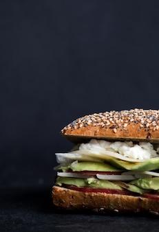 Sandwich à l'avocat avec du fromage cottage