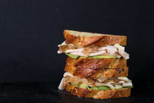 Sandwich à l'avocat avec pain de maïs