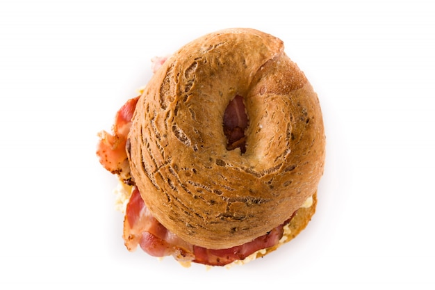 Sandwich bagel avec bacon, œuf et fromage sur blanc