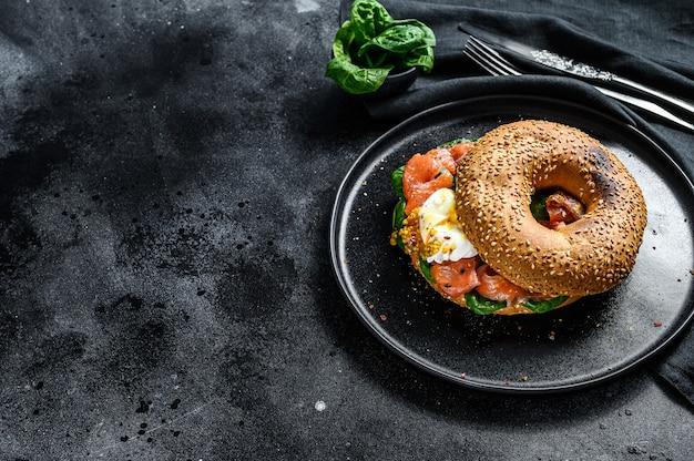 Sandwich bagel maison au saumon, fromage à la crème, épinards et œuf