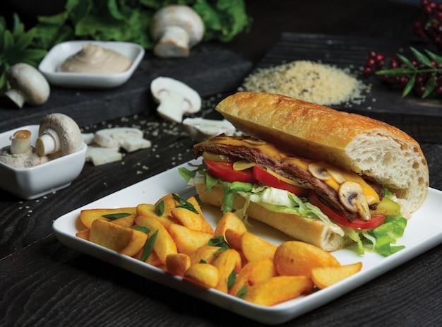 Sandwich baguette avec omelette aux champignons et pommes de terre traditionnelles rôties.