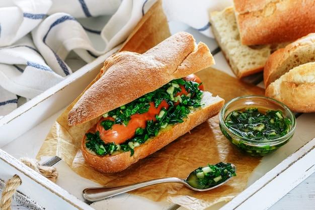 Sandwich baguette avec saucisse