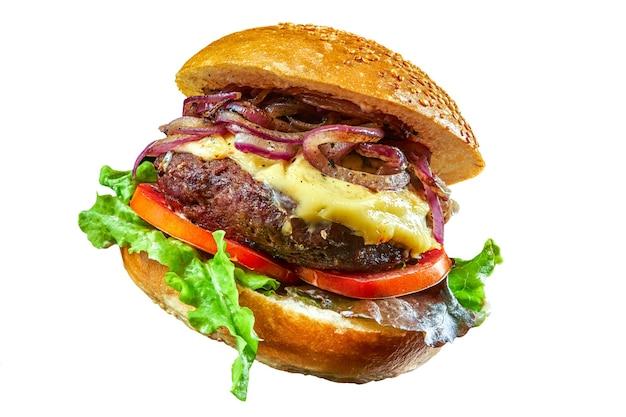 Sandwich burger au fromage avec tomate laitue et oignons grillés isolés