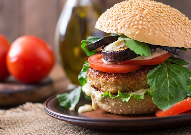 Sandwich avec burger au poulet, tomates et laitue