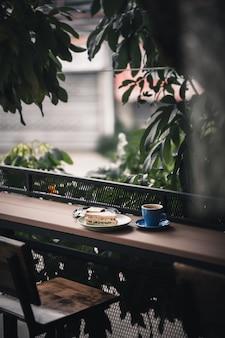 Sandwich et café chaud au bar en bois