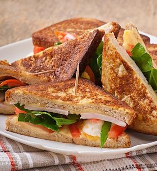 Sandwich club au poulet et jambon