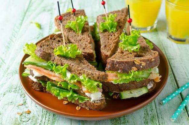 Sandwich club au saumon et concombres