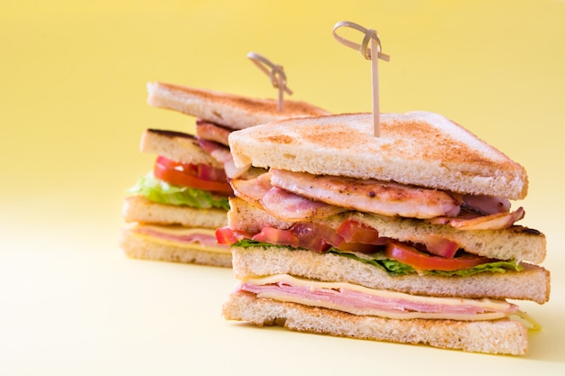 Sandwich club sur table jaune