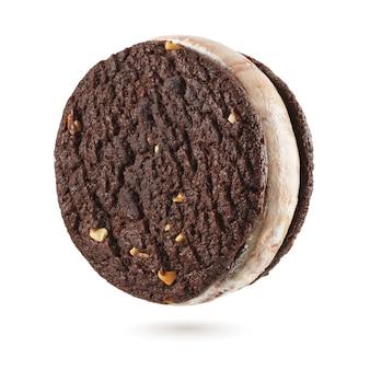 Sandwich à la crème glacée avec biscuits brownie au chocolat isolés sur fond blanc.
