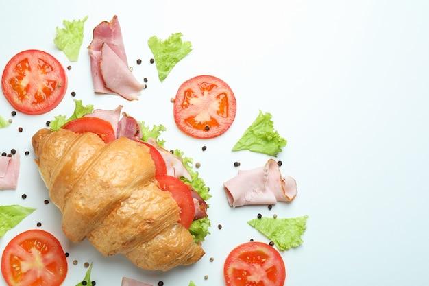 Sandwich croissant et ingrédients sur blanc