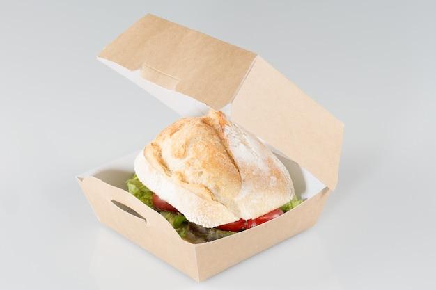 Sandwich dans une boîte à emporter camion de restauration rapide