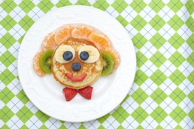 Sandwich drôle pour le déjeuner des enfants