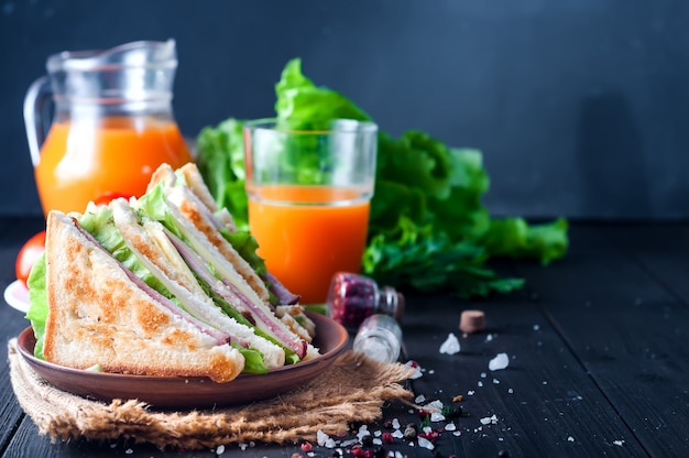 Sandwich fait maison avec salade et jus comme petit déjeuner sain