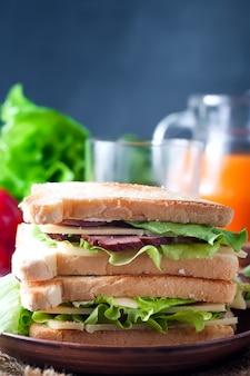 Sandwich fait maison avec une salade