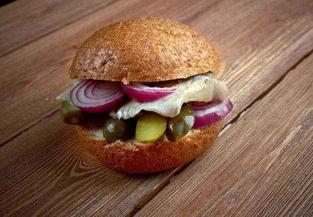 Sandwich fischbrotchen fait avec du poisson et des oignons