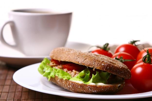 Sandwich frais avec des légumes frais et café