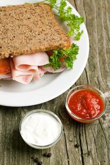 Sandwich frais avec sauces