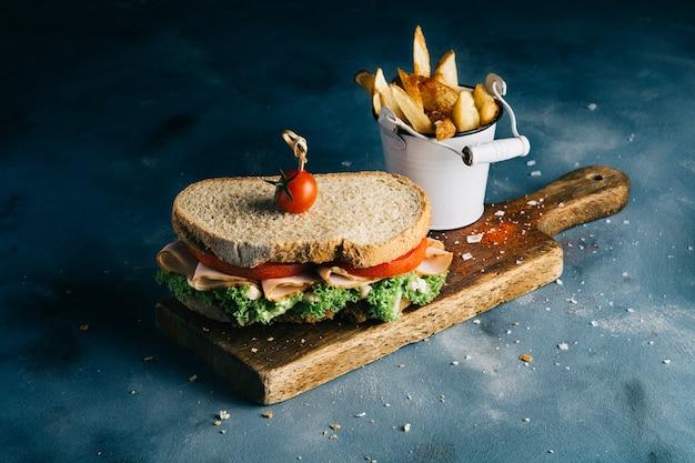 Sandwich avec des frites