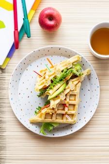 Sandwich à la gaufre pour enfants, petit-déjeuner sain