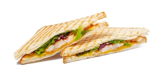 Sandwich avec jambon, fromage, tomates, laitue et pain grillé.