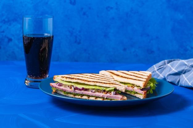 Sandwich jambon et verts sur bleu