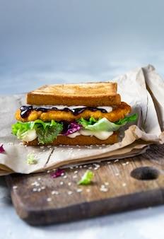 Sandwich japonais avec escalope de poulet, chou et sauce tonkatsu