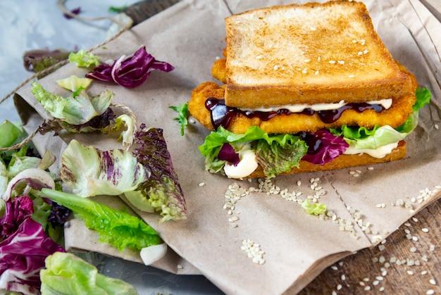 Sandwich japonais katsu sando avec escalope de poulet et chou