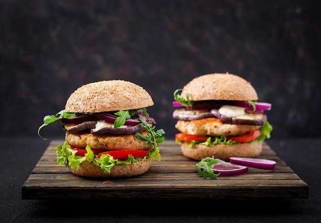 Sandwich juteux poulet haché épicé avec tomate et aubergine