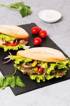 Sandwich kebab arabe dans du pain pita
