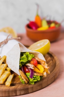 Sandwich kebab arabe enveloppé dans du papier blanc high view